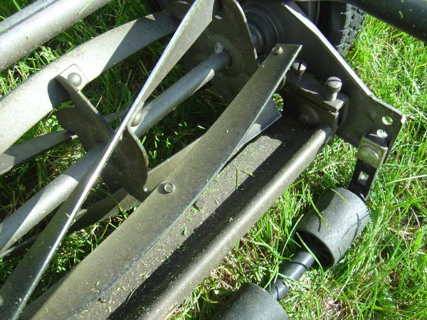 closeup photo of reel lawnmower cutting blades
