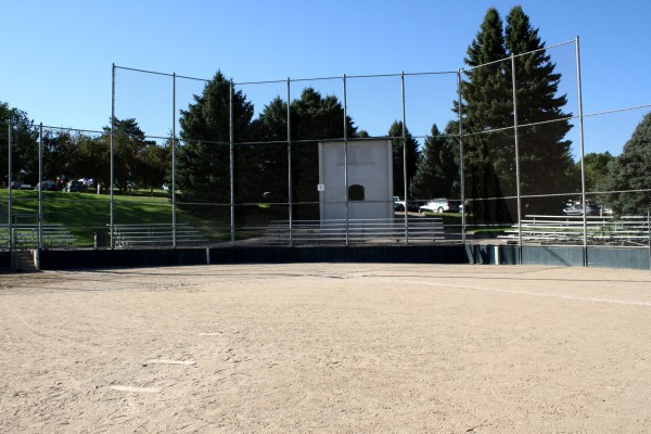 Free photo of a baseball infield and backstop