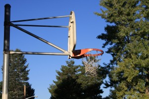free photo of an outdoor basketball hoop