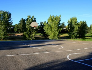 Free photo of an outdoor basketball court with blacktop pavement