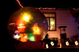 Christmas snow globe yard decoration - free high resolution photo
