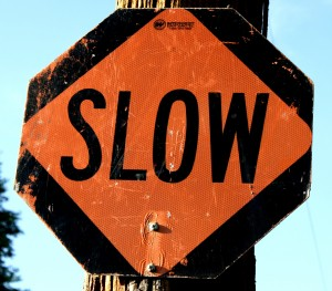 Free photo of a Slow sign